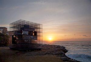 architecture-installation-artistique-miroir-la-cabane-de-plage-australienne-reinterpretee-par-neon-4