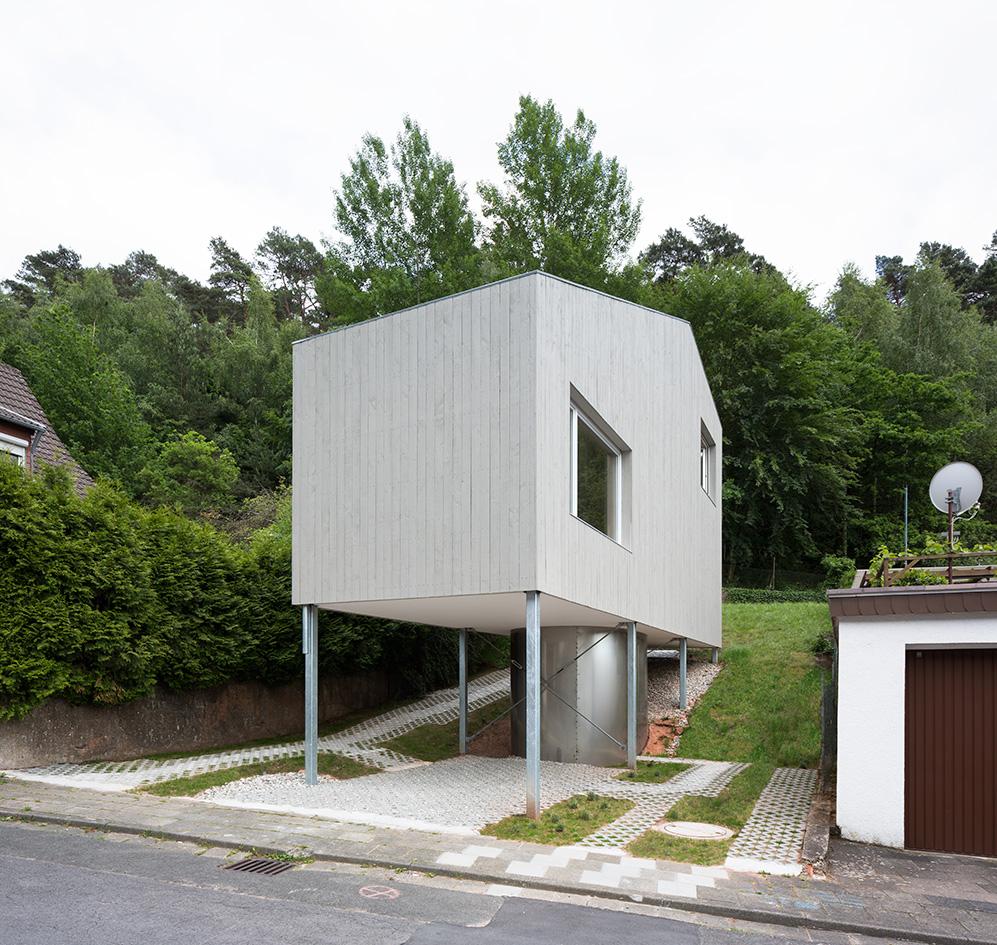 la maison d architekturb ro scheder sur pilotis la mini. Black Bedroom Furniture Sets. Home Design Ideas