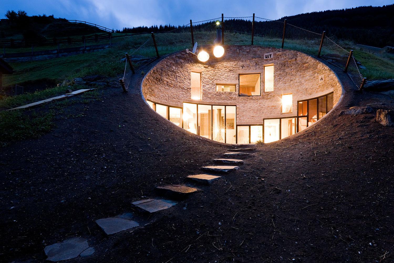 maison-troglodyte-au-coeur-des-alpes-suisse