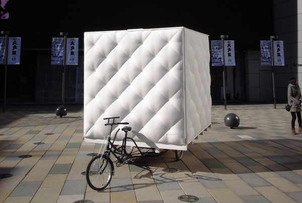 une-mini-maison-tractee-par-un-velo-tricycle-boa-house-dot-architectes-polyuréthane