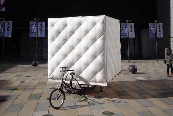 une-mini-maison-tractee-par-un-velo-tricycle-boa-house-dot-architectes-polyuréthane