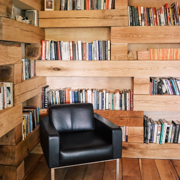 bibliotheque-milieu-foret-bois-hemmelig-rom-studio-padron-0
