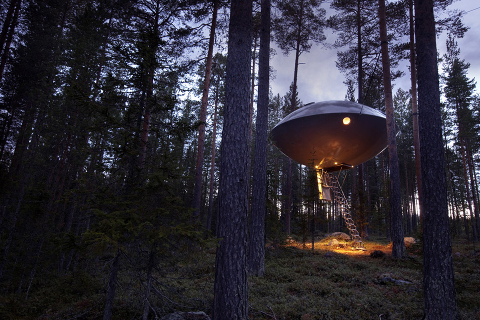 chambre-hotel-science-fiction-vaisseau-spatial-ovni-ufo-treehotel-3