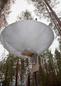 chambre-hotel-science-fiction-vaisseau-spatial-ovni-ufo-treehotel-5