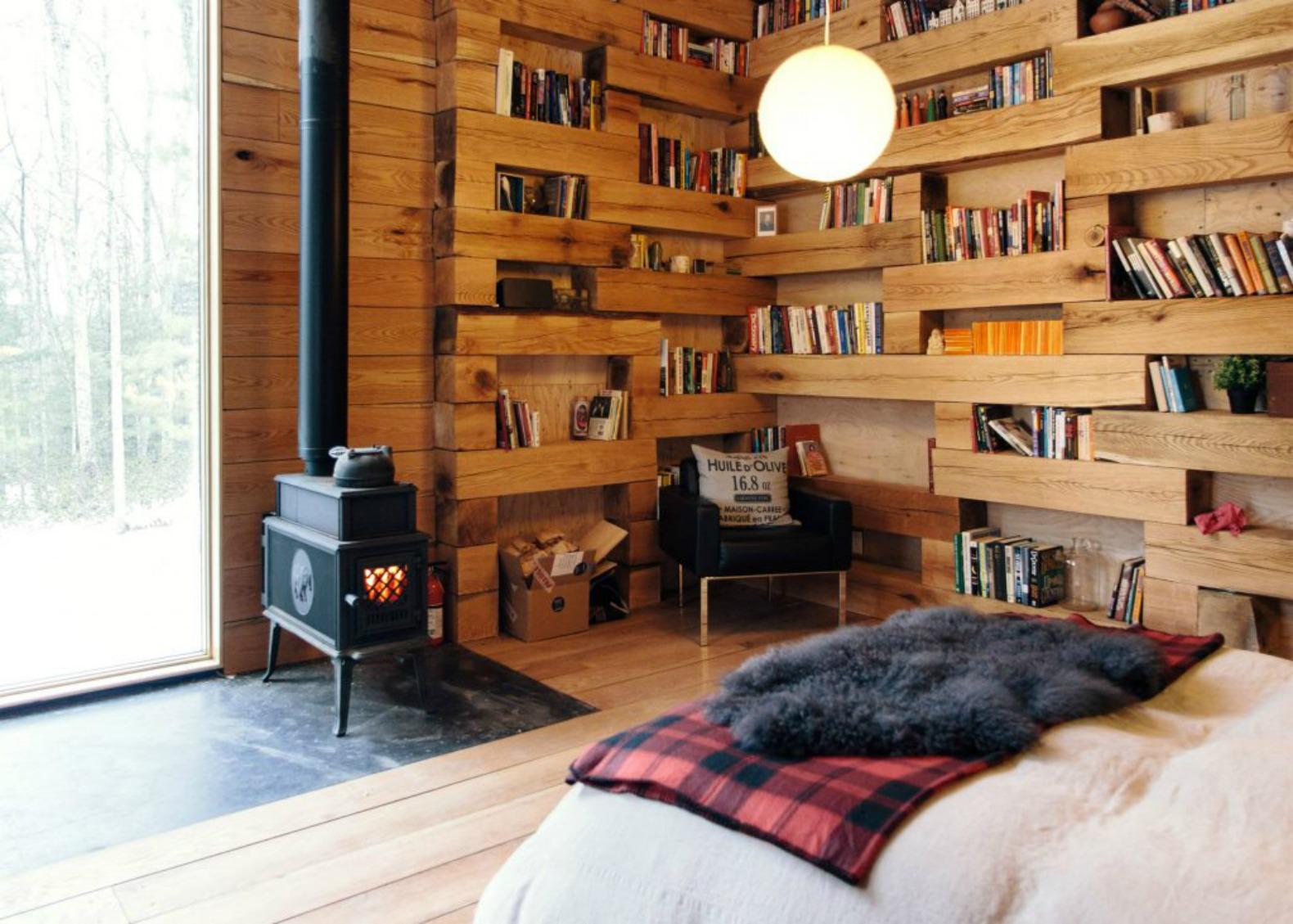 la-mini-maison-bois-bibliotheque-milieu-foret-bois-hemmelig-rom-studio-padron