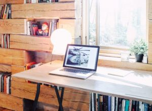 mini-maison-bibliotheque-milieu-foret-bois-hemmelig-rom-studio-padron