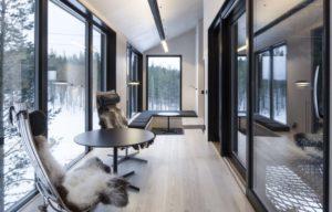 « Scandia Chair » du designer norvégien Hans Brattrud s'habillent ici de fourrure. the-7th-room-treehotel-cabane-perchee-dans-les-arbres-par-snohetta-6