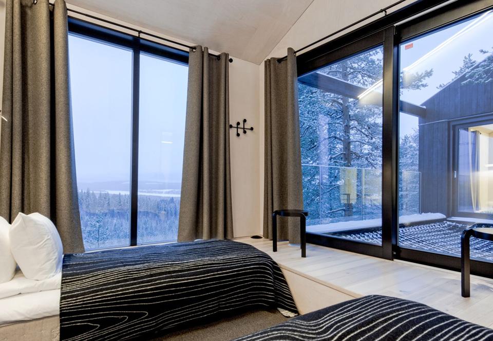 Depuis les chambres et la terrasse, on aperçoit la rivière Lule qui coule en contrebas. the-7th-room-treehotel-cabane-perchee-dans-les-arbres-par-snohetta-3