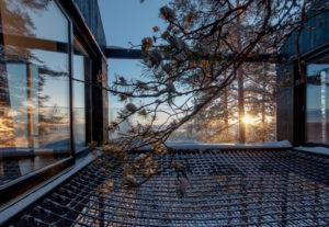 Des sacs de couchage sont disponibles pour les plus courageux qui souhaiteraient dormir à la belle étoile…the-7th-room-treehotel-cabane-perchee-dans-les-arbres-par-snohetta-4