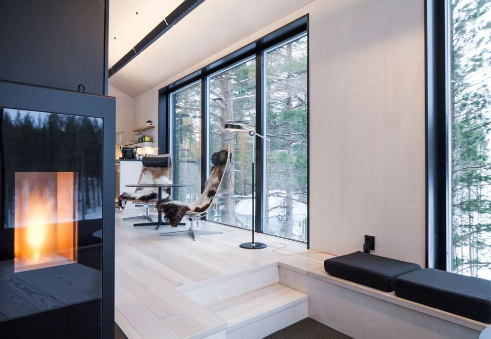 « Scandia Chair » du designer norvégien Hans Brattrud s'habillent ici de fourrure.the-7th-room-treehotel-cabane-perchee-dans-les-arbres-par-snohetta-6
