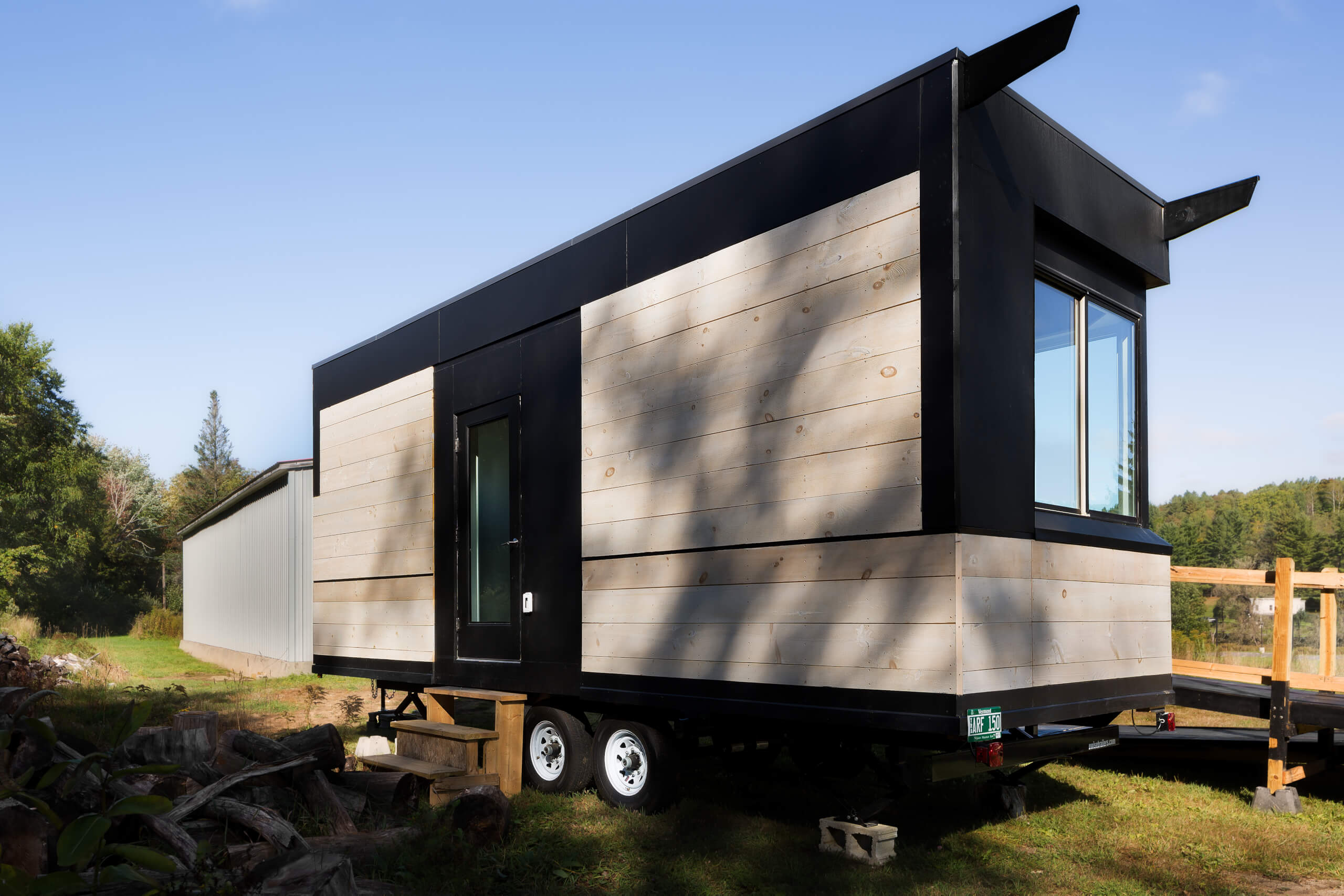 tetraplegique-invente-tiny-house-handicapes-wheel-pad-fauteuil-roulant-linesync-tiny-home-wheelchair-friendly-exterior-facade-outside-black-white-wood-window-sustainable-eco-friendly