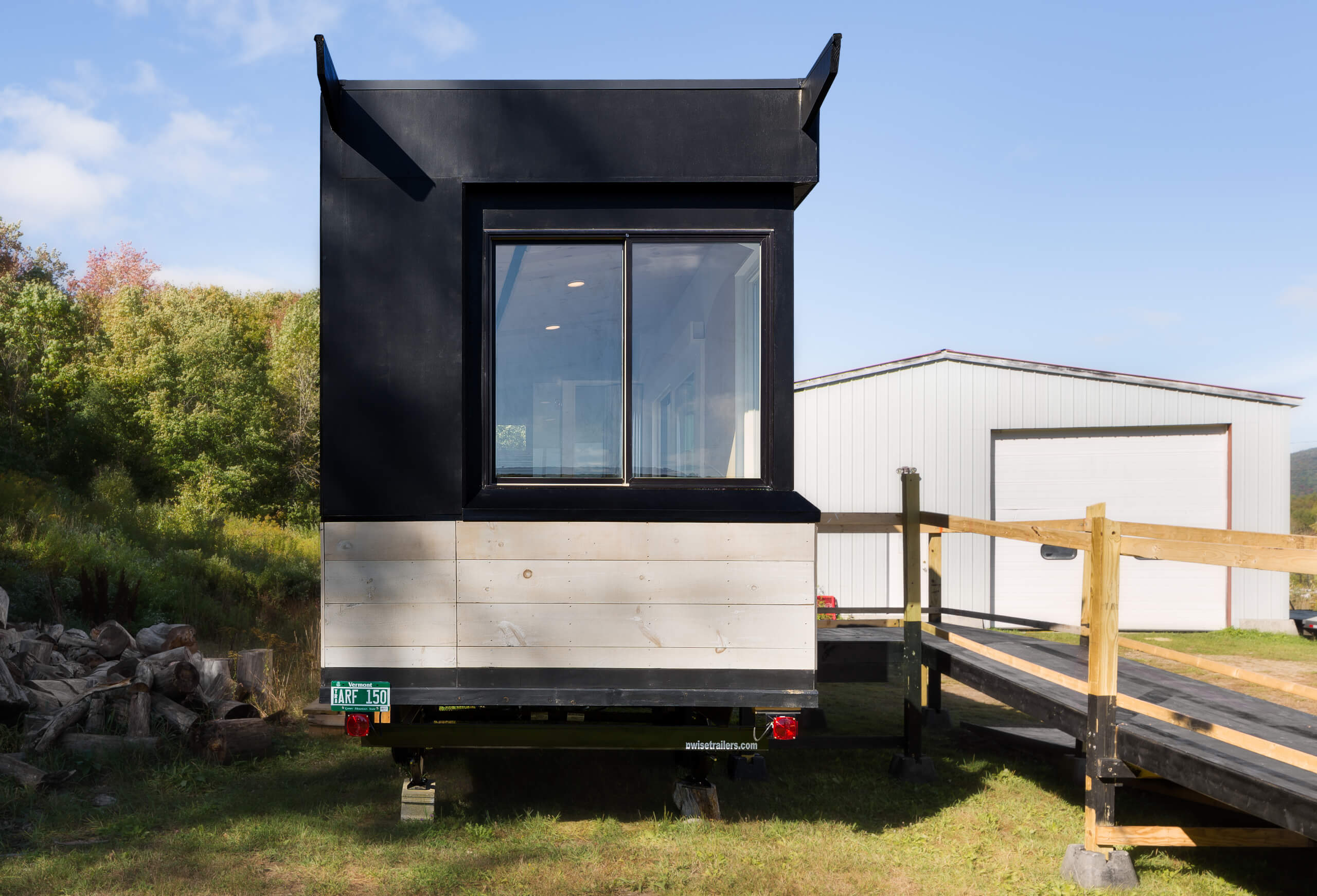 tetraplegique-invente-tiny-house-handicapes-wheel-pad-fauteuil-roulant-linesync-tiny-home-wheels-wheelchair-friendly-facade-exterior-outside-caravan-black-wood-window-rustic-country-modern
