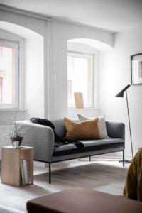 petit-espace-comment-agrandir-visuellement-une-piece-Choisir des meubles dont les pieds sont visibles
