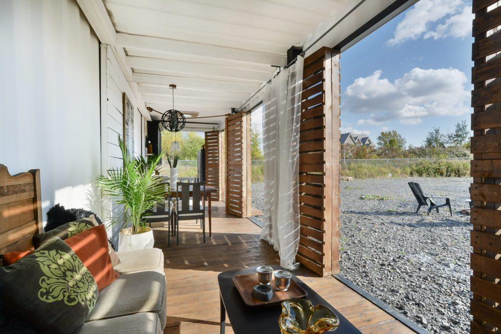ce loft dans un conteneur maritime est vendre la mini. Black Bedroom Furniture Sets. Home Design Ideas