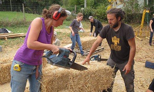 kevin-choquert-parcourt-la-france-a-pied-pour-promouvoir-les-maisons-en-paille-chantier-participatif